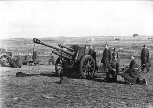 Výcvik izraelských vojáků v Československu. Výcvik obsluhy 105mm houfnice. FOTO: VÚA–VHA