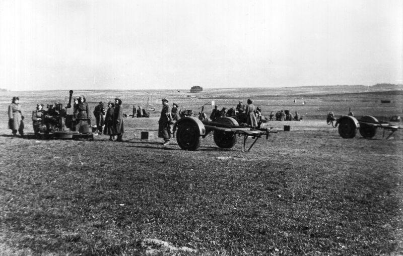 Výcvik izraelských vojáků v Československu. Postavení protiletadlových kanonů. FOTO: VÚA–VHA