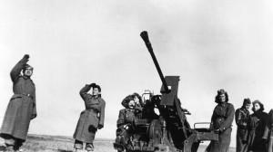 Výcvik izraelských vojáků v Československu. Výcvik protiletadlových dělostřelců, v pozadí poručík Karel Lamač (23. 5. 1925–4. 8. 1964 Kežmarok). FOTO: VÚA–VHA