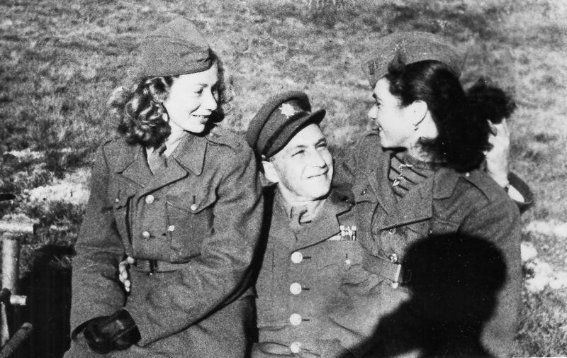 Výcvik izraelských vojáků v Československu. Erich Falter (9. 8. 1919–18. 6. 1975 Ostrava) s dvojicí vojínek. FOTO: VÚA–VHA