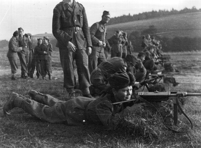 Výcvik izraelských vojáků v Československu. Výcvik střelby ze samopalů MP 40. FOTO: VÚA–VHA