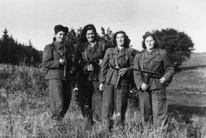 Výcvik izraelských vojáků v Československu. Židovské vojínky ve chvíli volna mezi výcvikem. FOTO: VÚA–VHA