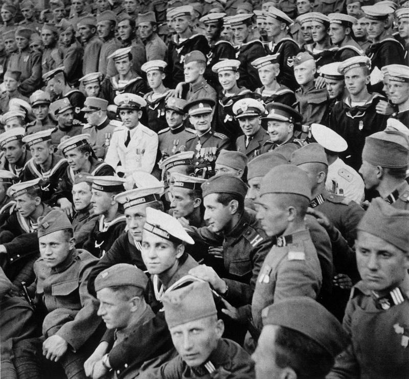 Výstižný obraz nálady sletových dnů roku 1938. Vojáci pražského pěšího pluku 5 Tomáše Garrigua Masaryka s  příslušníky jugoslávské armády a válečného námořnictva v areálu Štefánikových kasáren v Praze na Smíchově. Foto sbírka VHÚ.