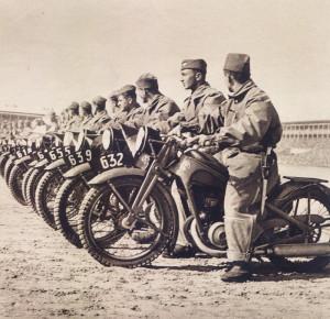 Dynamický prvek Vojenského dne vytvořili zástupci motorizovaných útvarů čs. armády. Foto sbírka VHÚ.