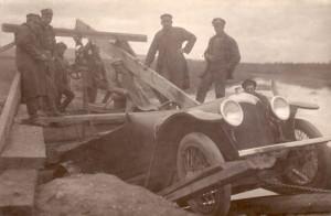 Vyprošťování osobního automobilu Pathfinder, pod kterým se prolomil můstek přes rameno Angary na Moskevském traktu u stanice Innokentěvskaja u Irkutsku. Pomocné práce prováděla 1. samostatná technická rota. Foto archiv VHÚ.