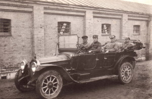 Za volantem dvanáctiválcové limuzíny Packard je desátník Josef Adámek. Foto archiv VHÚ.