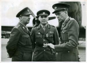 Generál H. Píka (uprostřed) v rozhovoru s gen. Karlem Klapálkem (vpravo) a gen. Bruno Sklenovským (vlevo). Foto archiv VHÚ.