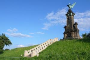 Památník byl vystavěn v roce 1899 podle návrhu architekta Václava Weinzettla sochařem Mořicem Černilem