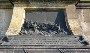 Deska s plastikou na spodní části památníku, v současnosti bohužel poškozená.