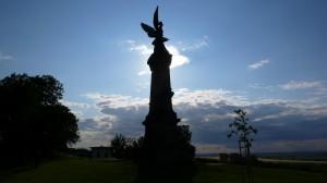 Památník u Křečhoře dominuje celému okolí