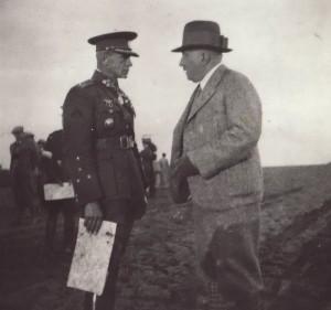 Armádní generál Sergej Vojcechovský (vlevo, v uniformě) a ministr obrany Bohumír Bradáč spolu rozmlouvají v prostoru Ledečka nad Sázavou na manévrech, jež se konaly ve dnech 19. - 23. září 1934. Foto sbírka VHÚ.