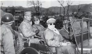 Generál MacArthur (v brýlích) v Koreji, duben 1951.