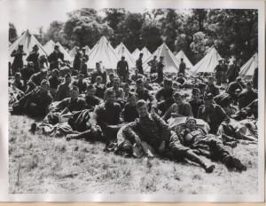 Čs. vojáci po příjezdu do Velké Británie ve stanovém táboře v Cholmondeley. Foto sbírka VHÚ.