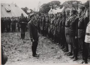 Prezident Beneš během návštěvy v Cholmondeley rozmlouvá s důstojníky. Foto sbírka VHÚ.