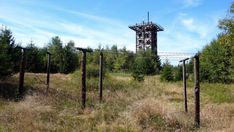 Pozůstatky ochrany před nepřítelem: výzvědná věž na vrchu Havran v Českém lese. Foto A. Halada