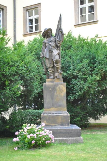 Památník Pražský student stojící na studentském nádvoří Klementina na památku studentské legie z roku 1648. Autorem návrhu z roku 1847 byl sochař Josef Max, sochu zhotovil jeho žák Julius Melzer. S ohledem na události revolučního roku 1848 se ale památník dočkal svého odhalení až 24. září 1863. Repro sbírka VHÚ.