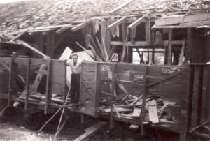 Poručík Krejčí ve vybombardovaném vagóně před Rozwadówem v Polsku, na cestě do Leszna na počátku září 1939. Foto sbírka VHÚ.