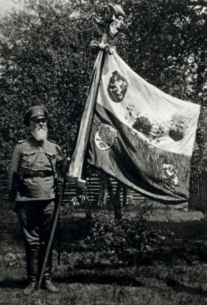 Praporečník Jaroslav Hejduk s praporem České družiny. FOTO: sbírka VHÚ
