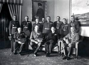 Václav Kropáček (stojící druhý zprava) v kanceláři ministra národní obrany Františka Machníka. Foto sbírka VHÚ.