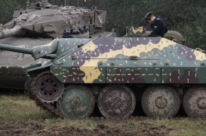 Stíhač tanků Hetzer, v pozadí tank Merkava