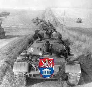 Tanková kolona za podpory obrněných transportérů. Foto sbírka VHÚ.