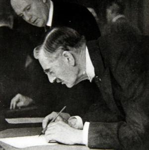 Britský premiér Neville Chamberlain podepisuje Mnichovskou dohodu. Foto sbírka VHÚ.