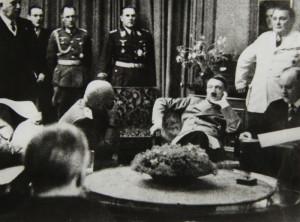 Mnichov: sedící Hitler, vlevo Mussolini, stojící Göring. Foto sbírka VHÚ.