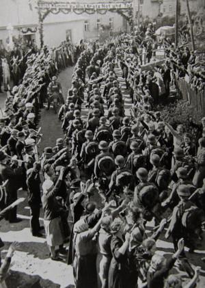 """Vítání """"osvoboditelů"""", německých vojáků, v pohraničí po Mnichovské dohodě. Foto sbírka VHÚ."""