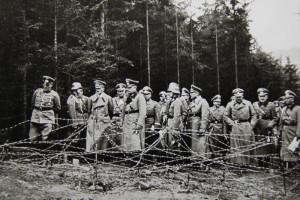 Hitler si po Mnichovu prohlíží zabranou čs. vojenskou obrannou lini. Foto sbírka VHÚ.