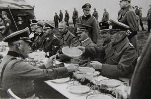 Hitler po Mnichovu, u zabrané čs. vojenské obranné linie. Foto sbírka VHÚ.