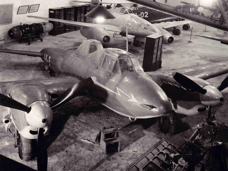 Poslední čs. Pe-2. Letecký kabinet Protiletadlového učiliště Olomouc 2. polovina 50. let; předělaný Pe-2 na Pe-2U v ČSR měl kódy LV-3. Foto sbírka JiIří Rajlich.