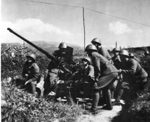 Základem 1. československé armády na Slovensku při povstání v srpnu 1944 byla Slovenská armáda, doplněná o partyzánské oddíly, vyslané ze Sovětského svazu. Na snímku protiletadlová obrana centra povstání, Banské Bystrice. Foto sbírka VHÚ.
