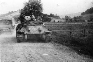 Do karpatsko-dukelské operace na pomoc povstalcům na Slovensku byl 8. září 1944 nasazen také 1. čs. armádní sbor v SSSR. Na snímku čs. tanky na přesunu k prvním karpatským hřebenům. Foto sbírka VHÚ.