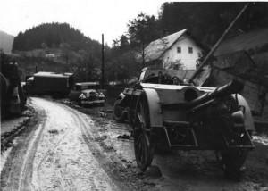 Přes velké úsilí československých a sovětských vojáků v Dukelském průsmyku vydal velitel 1. československé armády na Slovensku 28. října 1944 rozkaz k ukončení vojenského odporu a přechodu na partyzánský způsob boje. Na snímku opuštěná technika povstalců podél ústupové cesty na Donovaly. Foto sbírka VHÚ.