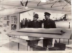 Plk. Jaroslav Janečka provází v prosinci 1968 prezidenta republiky Ludvíka Svobodu expozicí. Foto sbírka VHÚ.