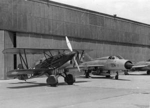 Setkání různých generací stíhacích letadel na dni Leteckého muzea v roce 1975. Foto sbírka VHÚ.