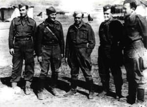 Bedřich Reicin (první zprava) u jednotky v Sovětském svazu asi v roce 1943. Foto sbírka VHÚ.
