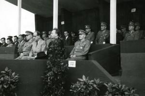 Bedřich Reicin (druhá řada, první zprava) na slavnostní tribuně. Foto sbírka VHÚ.