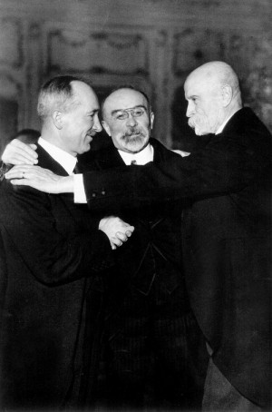 Zleva československý ministr zahraničí Edvard Beneš, francouzský ministr zahraničí Louis Barthou a československý prezident Tomáš Garrigue Masaryk v roce 1934. Foto sbírka VHÚ Praha