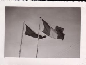 Francouzská a československá vlajka. Foto sbírka VHÚ.