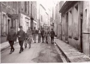 Vycházka čs. vojáků v říjnu 1939. Foto sbírka VHÚ.