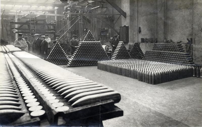 Přejímka hotové munice  vojenskými orgány v plzeňské škodovce. Foto sbírka VHÚ.