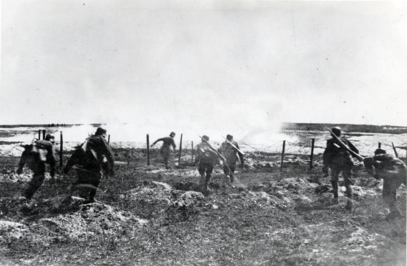 Rakouští vojáci v útoku. Foto sbírka VHÚ.