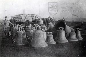 Rakousko-uherští vojáci pózují se zrekvírovanými zvony. Snímek byl pořízen za první světové války. Foto sbírka VHÚ.