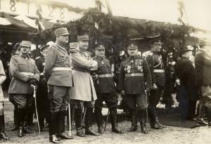 Generál Eugène Mittelhausser (třetí zleva v popředí) sleduje defilé čs. armády, které se uskutečnilo 28. října 1928 při příležitosti 10. jubilea vzniku Československé republiky. FOTO: sbírka VHÚ