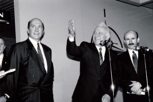 Dne 19. prosince 1989 navštívil sovětský ministr zahraničí Eduard Ševarnadze velitelství NATO v Bruselu. Jeho návštěva přispěla k posílení vzájemné důvěry, ale konala se v době, kdy zánik Varšavské smlouvy ještě nikdo nepředpokládal. Foto sbírka VHÚ.