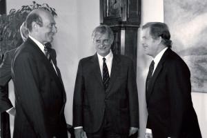 Generální tajemník NATO Manfred Wörner v Praze 5. května 1990 při rozhovoru s prezidentem republiky Václavem Havlem a ministrem zahraničních věcí Jiřím Dienstbierem. V těchto měsících již pokračovala rychlá dezintegrace Varšavského paktu. Foto sbírka VHÚ.