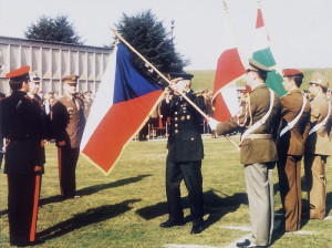 Vyvěšování české vlajky v Bruselu 16. března 1999