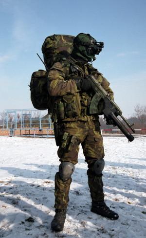 Příslušník speciálních sil během společného cvičení NATO