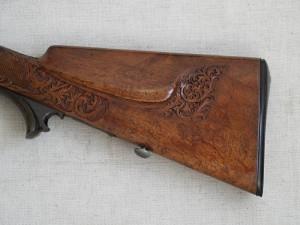 Detail řezané výzdoby dřevěné pažby. Foto: Jan Šach